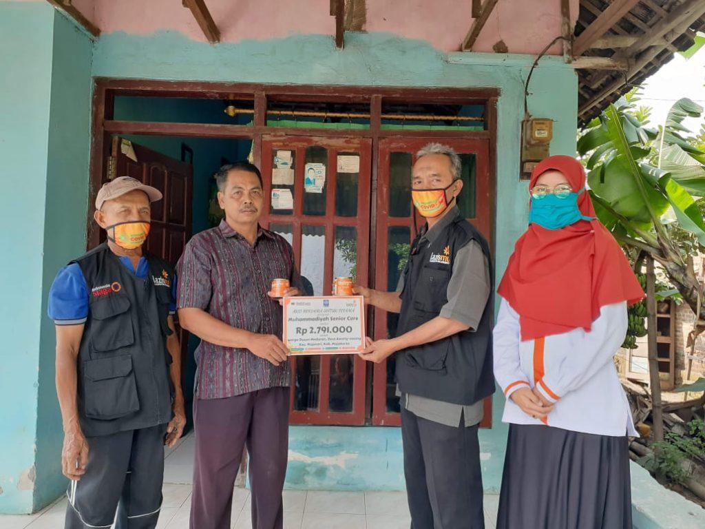 Kepala Dusun Meduran, Mustofa menerima secara simbolis paket sembako dari Lazismu Kab. Mojokerto