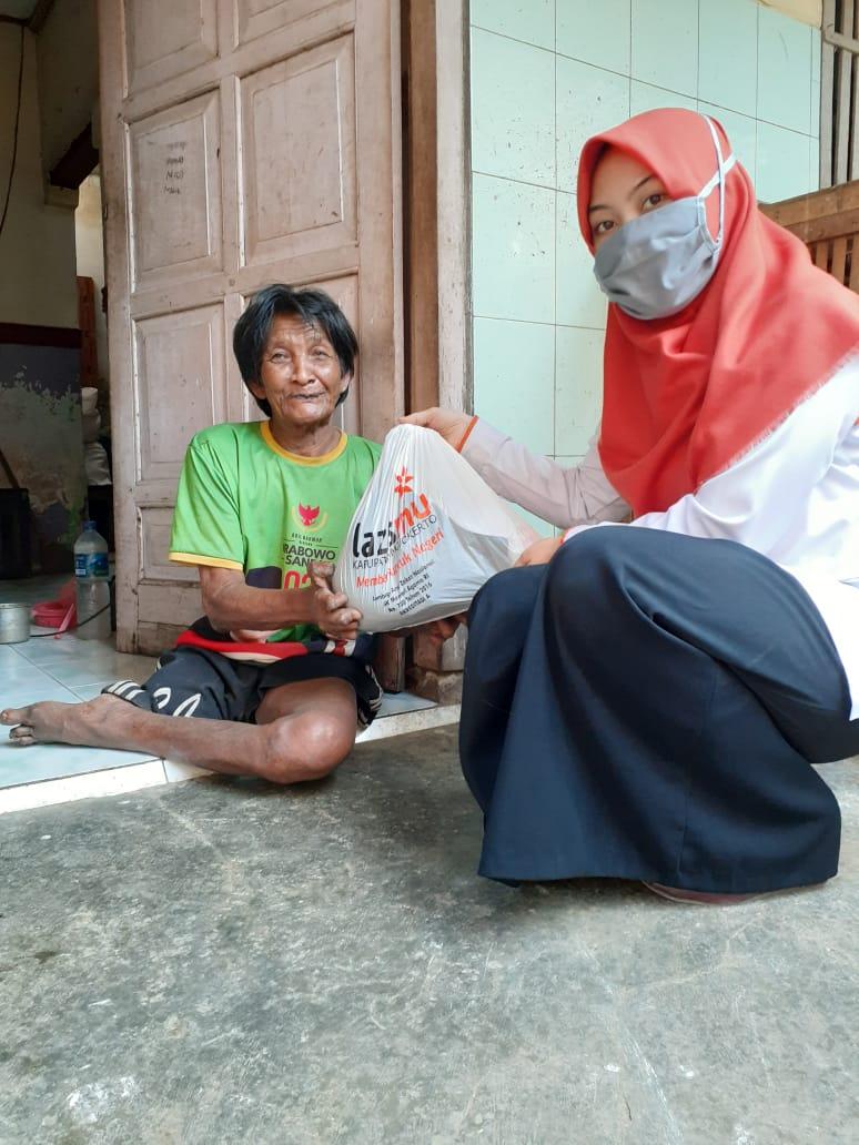 Pak Ahyar, warga Dusun Meduran menerima paket ketahanan pangan dari Lazismu.