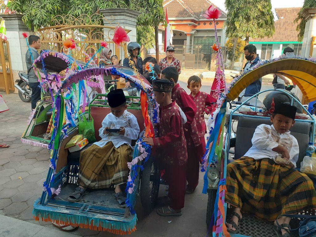 Usai dikhitan, peserta diarak keliling kampung dengan becak hias.